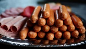 As salsichas, geralmente, são feitas com sobras de cortes tradicionais e até 60% da iguaria pode conter a chamada carne mecanicamente separada, que é aquela que fica grudada nas carcaças