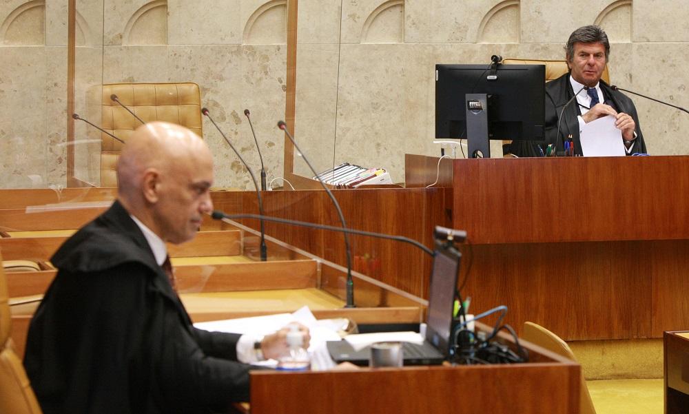 Em sessão no STF, Alexandre de Moraes aparece em primeiro plano, com Luiz Fux, presidente do Supremo, ao fundo