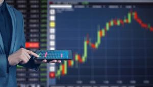 Investidor analisa bolsa de valores