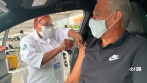 Tite recebendo a primeira dose da vacina contra a Covid-19