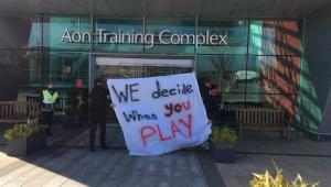Torcedores do Manchester United protestam contra a entrada do clube na Superliga