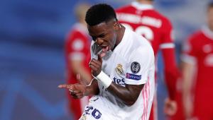 Vinícius Jr. comemora durante vitória do Real Madrid sobre o Liverpool