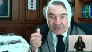 Ministro Marco Aurélio Mello com uma faixa na cabeça