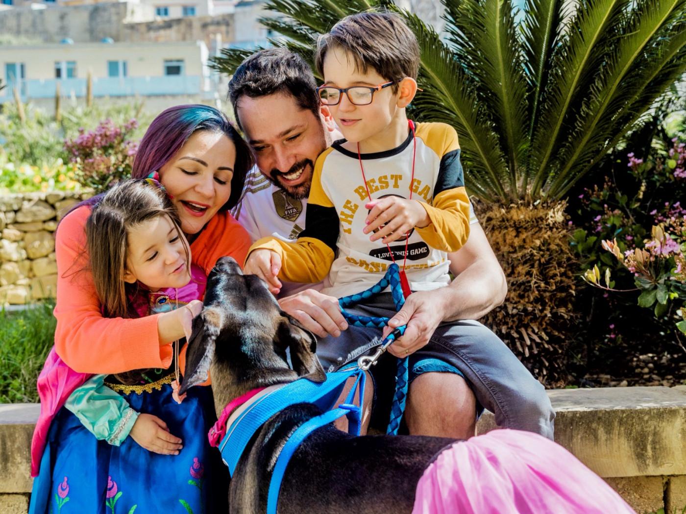 Família com um filho autista e uma filha que está sendo diagnosticada com TEA