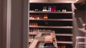 Closet com sapatos organizados em prateleiras