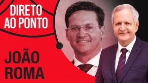 Montagem de foto de João Roma, homem de óculos, e Augusto Nunes, homem de cabelos brancos, com o escrito Direto Ao Ponto
