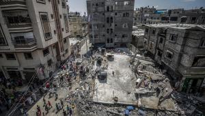 Palestinos inspecionam casa destruída após ataques aéreos israelenses no campo de refugiados de Jabaliya, no norte da Faixa de Gaza