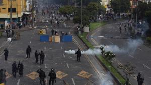 Manifestantes se encontram com forças de segurança durante protesto contra reforma tributária em Santiago de Cali, na Colômbia