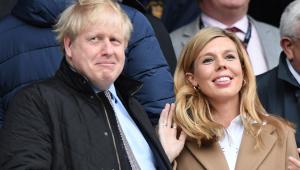 O primeiro ministro do Reino Unido, Boris Johnson, acompanhado da esposa Carrie