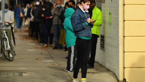 Pessoas fazem fila em centro de testagem em Melbourne após anuncio de novos casos de Covid-19