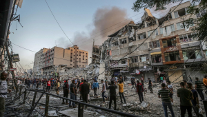 Palestinos inspecionam os escombros da torre destruída Al-Shorouq após um ataque israelense na cidade de Gaza