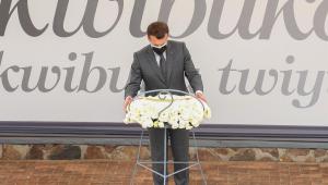 Presidente da França, Emmanuel Macron, deposita coroa de flores no Memorial do Genocídio em Kigali, Ruanda