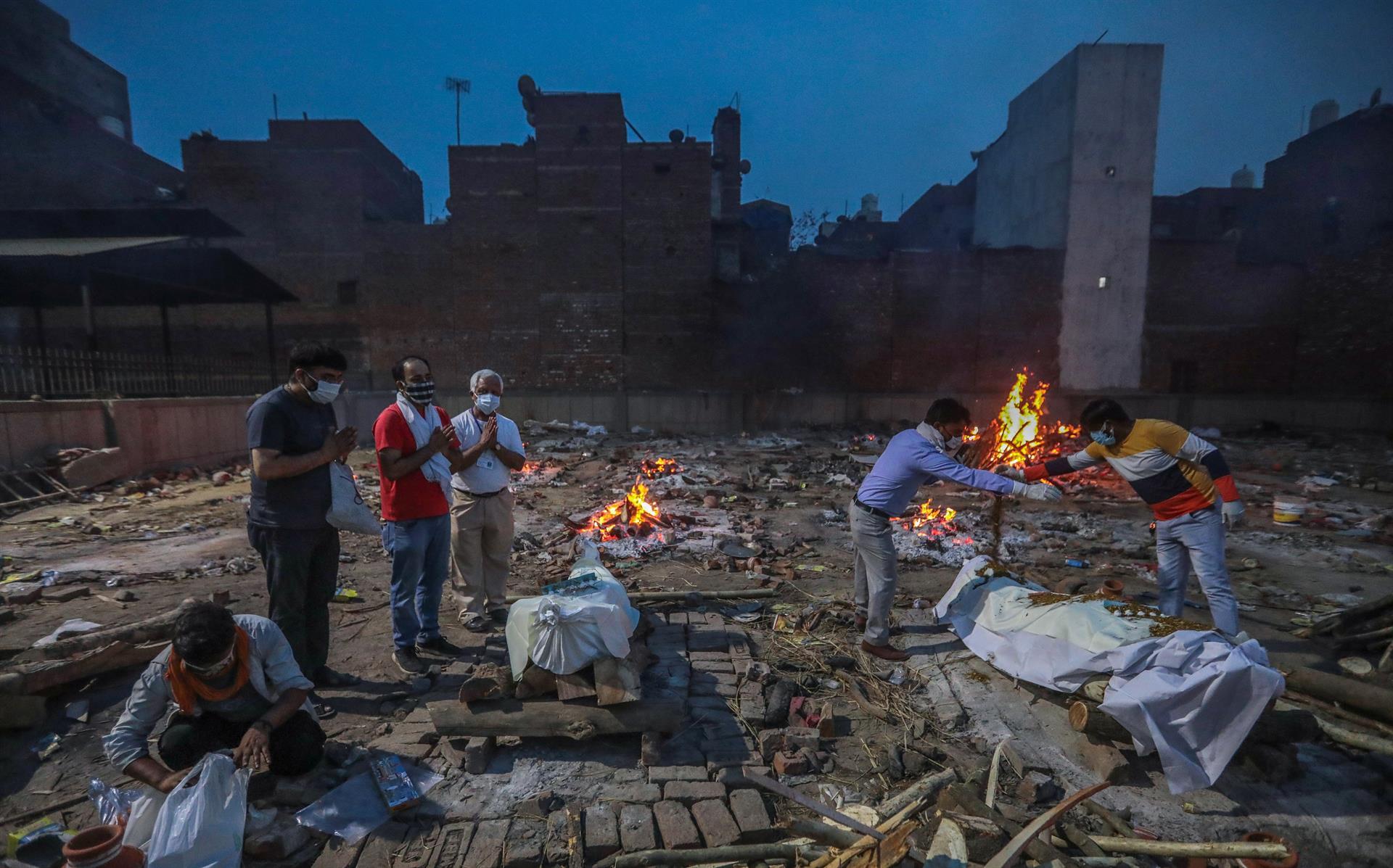 Indianos fazem cremação de cadáveres de vítimas da Covid-19
