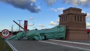 Imagem da réplica da Estátua da Liberdade da Havan tombado no meio da rua