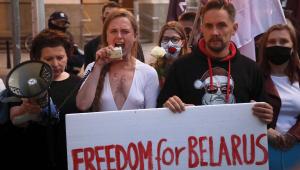 """Manifestantes na Polônia pedem """"liberdade para Belarus"""" após avião da Ryanair ser desviado à força"""