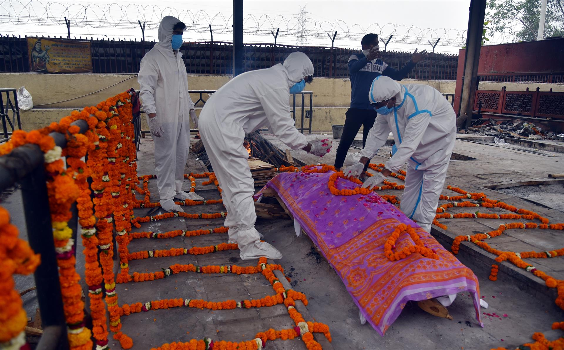 Corpo de uma vítima Covid-19 é preparado para os últimos ritos no crematório de Nova Delhi, Índia