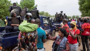 A polícia de choque do Mali dispersa manifestantes na Praça da Independência durante uma tentativa de protesto contra a ação militar em Bamako