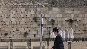 Judeu ortodoxo caminha em frente ao Muro das Lamentações em Jerusalém, em Israel