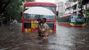 Ciclone Tauktae atinge a Índia com ventos de até 185kmh