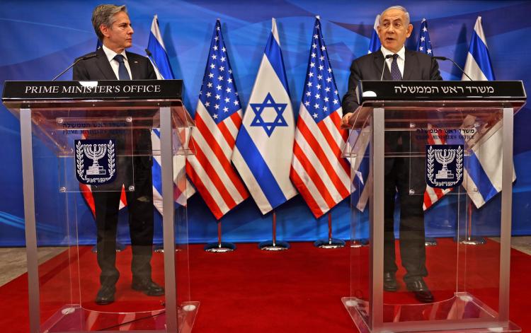 O primeiro-ministro israelense Benjamin Netanyahu (direita) e o secretário de Estado dos Estados Unidos, Anthony Blinken (esquerda), realizam uma coletiva de imprensa conjunta em Jerusalém