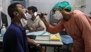 Médico examina paciente com suspeita de mucormicose no Hospital Navi Mumbai Municipal Corporation em Navi Mumbai, Índia