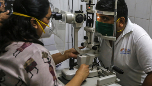 """Médica examina os olhos de um paciente com suspeita de """"fungo preto"""""""