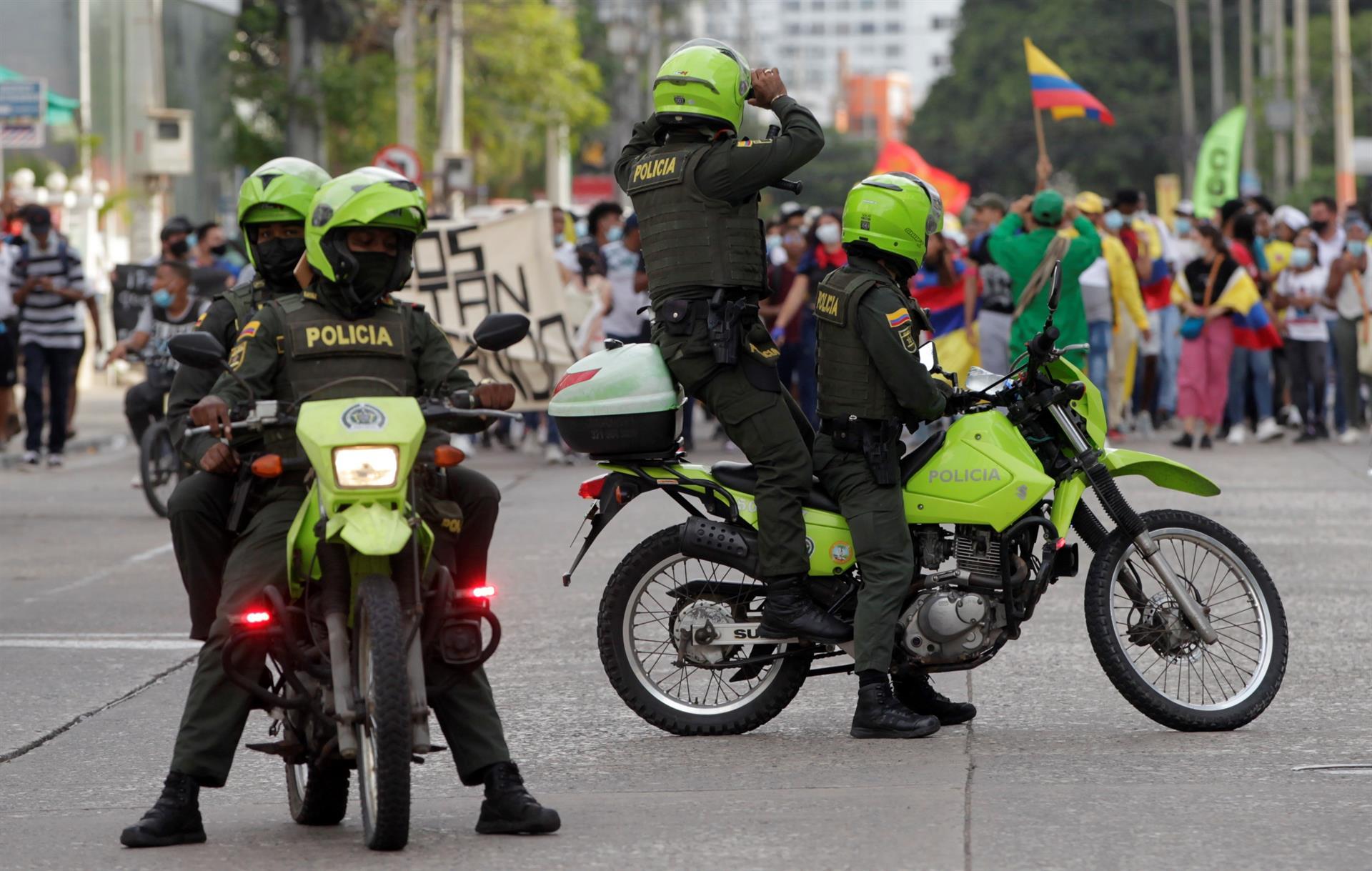 Policiais tiram foto de protestos em Cartagena das Índias