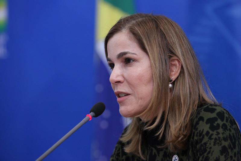 Imagens da Secretária de Gestão do Trabalho e da Educação na Saúde do Ministério da Saúde, Mayra Pinheiro, falando