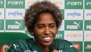 De camisa do Palmeiras, a atacante Chu Santos fala em entrevista coletiva