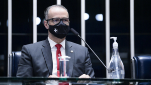 Homem com máscara fala em sessão do Senado