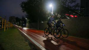 bicicletas passando em ciclofaixa