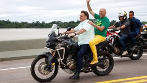 Bolsonaro em moto com Luciano Hang na garupa