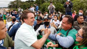 Jair Bolsonaro fala com apoiador