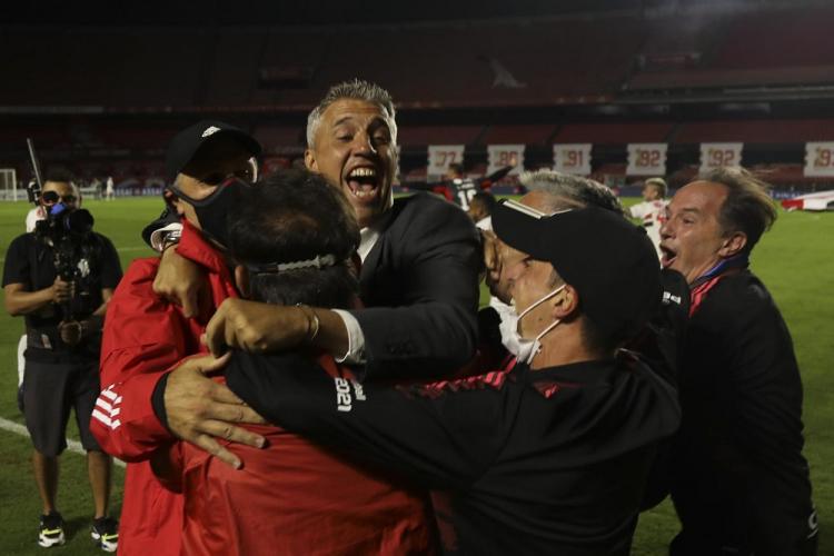 Externando felicidade, Hernán Crespo abraça quatro integrantes da comissão técnica do São Paulo non gramado do Morumbi após conquistar o título paulista