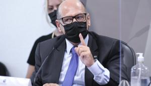 Homem de óculos e máscara depõe no Senado