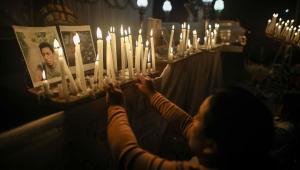 Peruanos acendem velas em homenagem às vítimas do massacre atribuído ao Sendero Luminoso