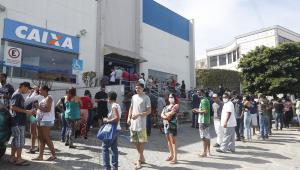 Uma enorme fila se forma em frente a uma agência da Caixa