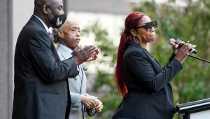 Bridgett Floyd discursa em comício no aniversário de uma no da morte do seu irmão, George, em Minneapolis