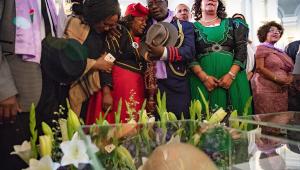 Membros de uma delegação namibiana choram em cerimônia de devolução de restos mortais de etnias da Namíbia