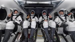 astronautas em cápsula espacial