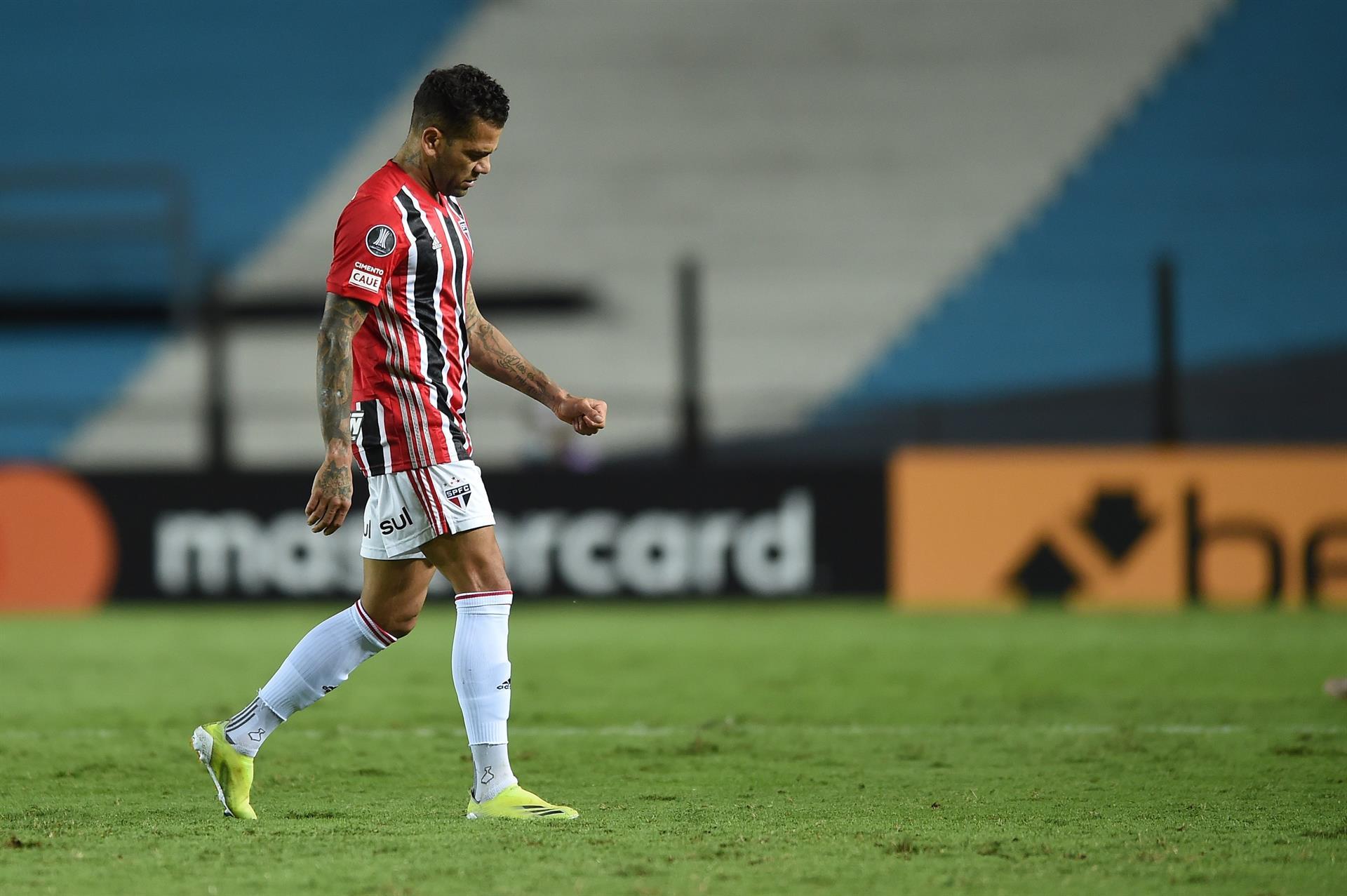 Daniel Alves deixou a partida entre Racing e São Paulo com dores