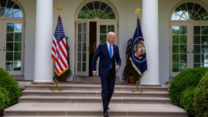O presidente dos Estados Unidos, Donald Trump, deixa a Casa Branca para coletiva de imprensa ao ar livre