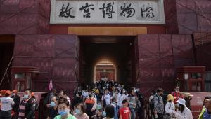 Turistas caminham fora da Cidade Proibida em Pequim