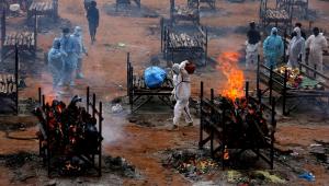Funeral para vítimas da Covid-19 em campo de cremação em massa em Bangalore, na Índia