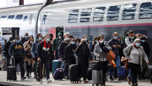 Passageiros desembarcam de trem na estação Gare de Lyon em Paris, na França