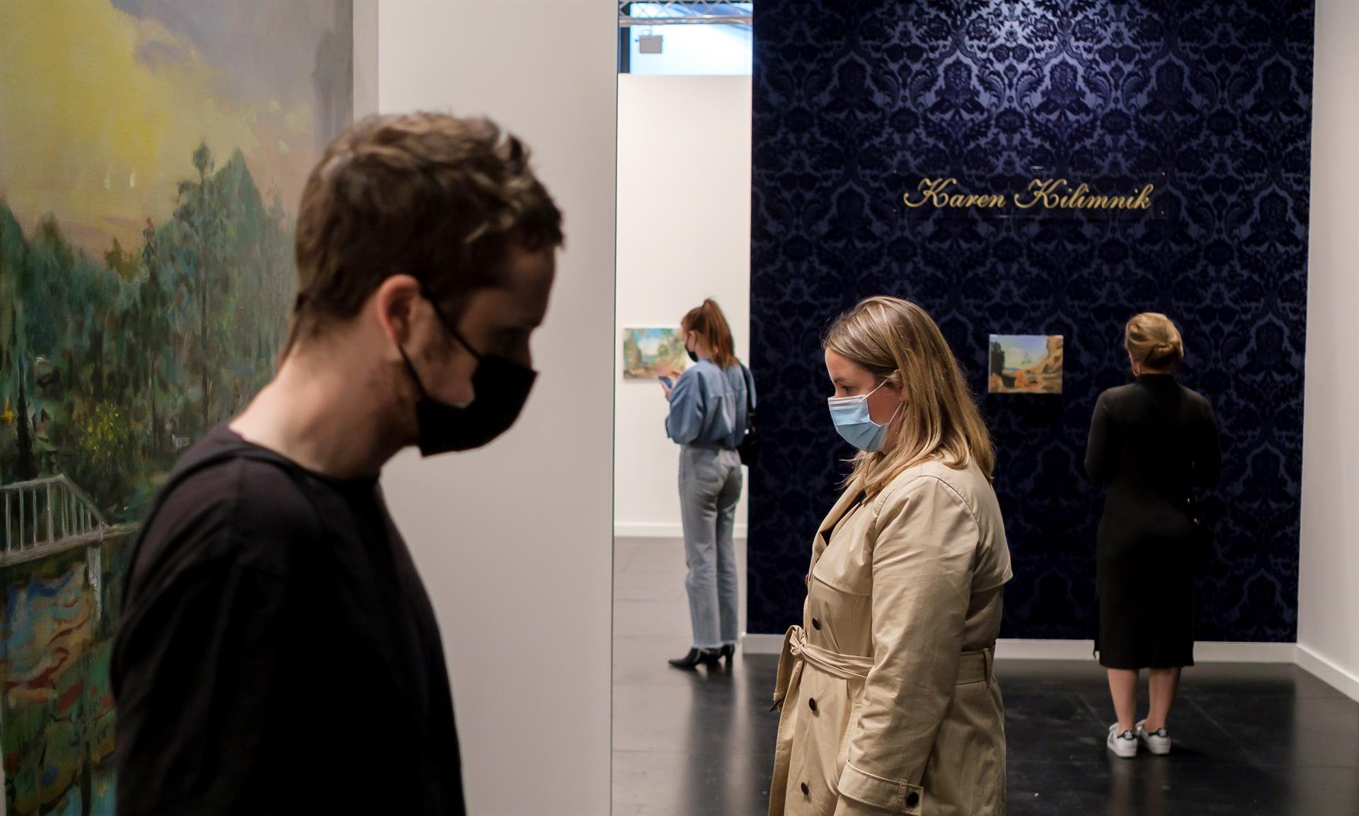 Visitantes apreciam obras de arte na Frieze New York Art Fair