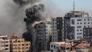 Prédio desaba após um ataque aéreo israelense atingir a torre Al-Jalaa, que abriga apartamentos e vários veículos de mídia, incluindo The Associated Press e Al Jazeera, na cidade de Gaza,