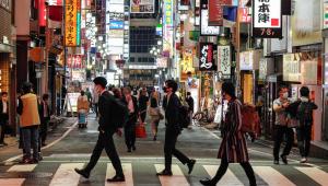 Pedestres atravessam rua no bairro de Shinjuku, em Tóquio