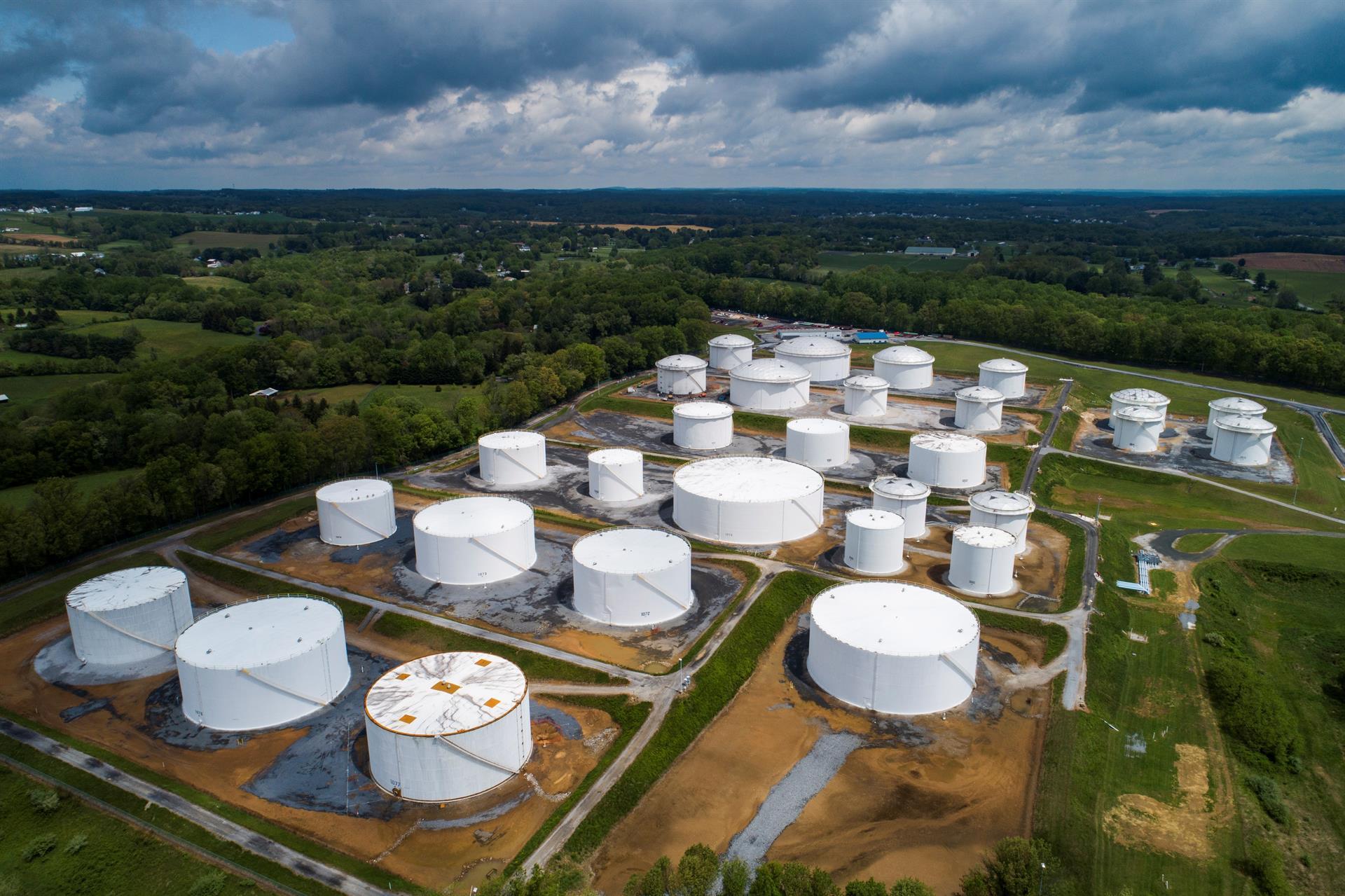 Imagem capturada por drone mostra tanques de combustíveis do Oleoduto Colonial nos Estados Unidos