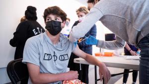 Um menino de 14 anos recebe uma dose da vacina contra a Covid-19 em Los Angeles, na Califórnia